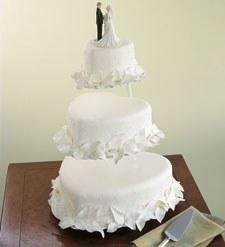 image gateau romantique de mariage de trois étages avec en haut deux figurines de mariés, de la mariée et du maris